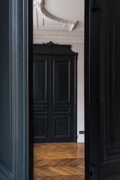 DSCF0844 Classic Interior, French Interior, Interior Design Inspiration, Decor Interior Design, Wood Paneling Decor, Wall Molding, Moldings, Dado Rail, Black And White Interior