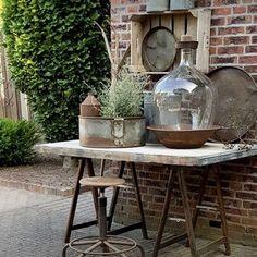 Tuscan style – Mediterranean Home Decor Outdoor Tables, Outdoor Decor, Pot Jardin, Garden Deco, Mediterranean Home Decor, Garden Signs, Tuscan Style, Garden Table, Colorful Garden