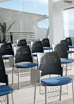 SPACIO combines simplicity and solid frame and functionality. A versatile solution for public and private environments, training rooms and waiting rooms.