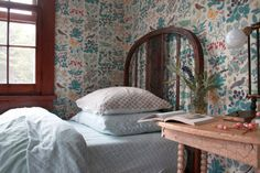 """Makeover in the Catskills from Jersey Ice Cream Co featuring my favorite """"Apothecary's Garden"""" wallpaper by Trustworth #wallpaper #bedrooms #home"""