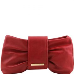 This italian leather clutch has a soft structure Inside part 1 compartment Golden hardware Magnetic button closure - € 64,99