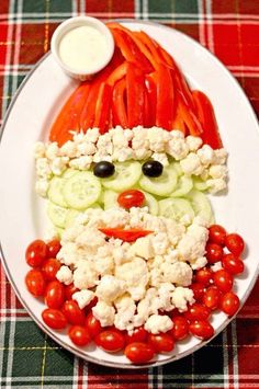 christmas snacks Assemble this almost-too-cute-to-eat Santa veggie tray when you get to the Christmas party. Christmas Veggie Tray, Christmas Party Food, Christmas Brunch, Xmas Food, Christmas Appetizers, Christmas Cooking, Christmas Desserts, Christmas Pizza, Thanksgiving Snacks