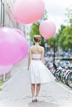 schlichtes 50er Jahre Hochzeitskleid mit Petticoat und Tellerock, bestickter Corsage und rosa Gürtel
