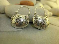 """Pendientes etnicos artesanales """"Karen"""" de plata procedentes de Laos. Miden 3,5cm. de alto y 2,5 cm. de ancho. Precio: 31 Euros"""