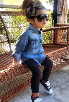 Converse with black leggings and denim shirt. Little girl outfit. Little girl style. Little fashionista. Converse Outfits, Outfits Niños, Baby Outfits, Black Converse, Converse Fashion, Denim Converse, Converse Sneakers, Newborn Outfits, Baby Girl Dresses