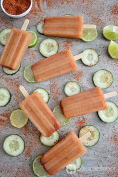 Deliciosas paletas de pepino con limón y chile muy fáciles de preparar. Se necesitan pocos ingredientes y son muy refrescantes en los días de calor.