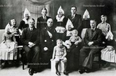 Klaas Tol, visser, (Klaas met z'n vingers), ook Klaas Praat (hij stopte nooit meer) of de Oebeleboebap, 1894-1968. Gehuwd in 1918 met Geesje Tol 1896-1995. Kinderen: Bruin 1919; Hendrik 1921; Marijtje 1923; Simon 1924; Jacobus 1926; Stijntje 1928; Grietje 1929; Albert 1931; Cornelis 1933; Maria Gerarda 1935; Mraia Gerarda 1937; Cornelis Gerardus 1938. #NoordHolland #Volendam