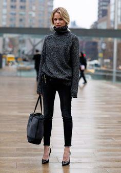 camisola de gola alta, skynny jeans e salto alto