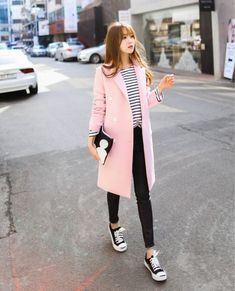 Pastel pink coat, stripped pullover, black jeans and converse |streetstyle