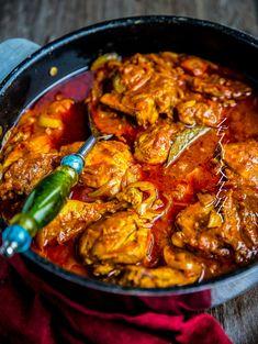 Kryddig och mustig indisk curry med kyckling. Denna rätt är full med smaker och kryddor. Passar att serveras med naan eller ris. Raita är också väldigt gott bredvid grytan, särskilt om man har i chili för att bryta av hettan. Recept på fler goda indiska grytor hittar du HÄR! 6 portioner 1,5 kg kycklingklubbor 2 st lök 2 st tomater (eller en burk krossad tomat) 4 st vitlöksklyftor 2 st chili (kan uteslutas) 1 msk riven ingefära 4 msk tomatpuré Ca 4 dl vatten Ca 0,5 dl olja till stekning… Healthy Indian Recipes, Healthy Dinner Recipes, Appetizer Recipes, Ethnic Recipes, Zeina, Dinner On A Budget, Tamarindo, Mindful Eating, Food Blogs