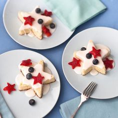 Salute our nation's independence with this effortless idea for classic pound cake. Use star-shape cookie cutters—one and one cut slices of pound cake and strawberries. Drizzle with our simple powdered sugar icing for pretty red, white, and blue desserts. Blue Desserts, 4th Of July Desserts, 4th Of July Party, Fourth Of July, Homemade Pound Cake, Happy Birthday America, Star Cakes, Thing 1, Holiday Recipes