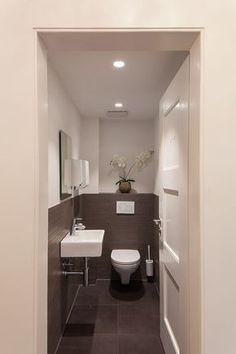 Toilettes gris et blanc
