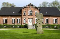 #Kiel Die Wächterin vor dem Gutshaus ist eine stark abstrahierte, aufrecht stehende Figur mit weiblichen Zügen. Seitlich ist ein Arm angedeutet. Hans Kockwurde am 27. Dezember 1920 in Kiel geboren. Nach...