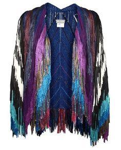TIM RYAN   Ryan is een textiel ontwerper uit Londen in Engeland. Hij heeft een studio waar hij mode collecties maakt door middel van breien, tuften etc. Zijn fringe vesten vind ik het mooist omdat ik er heel bohemian achtig gevoel van krijg. Ze worden gedragen door Kate Moss en verkocht bij Browns en Avenue32