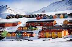 Schön bunt da oben im Nordatlantik: Longyearbyen auf Svalbard/Spitzbergen.