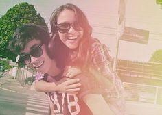 Porque amigos são importantes? Por que se importar com amigos, você vai ouvir sempre essas perguntas.  A resposta está na ondas dos olhos alheios, amigos são apenas escolhas certas, eles não são obrigados a gostar das suas roupas ou da cor do seu cabelo nem se quer precisam gostar de nada em você e mesmo assim ele passa a admirar você.  Amizade não é só importante é muito importante no mar de gente em que vivemos encontramos corações libertos de correntes que nos aceitam do jeito que ...