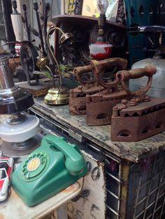 Plancha y teléfono antiguo en un mercado de pulgas .Asuncion -Paraguay