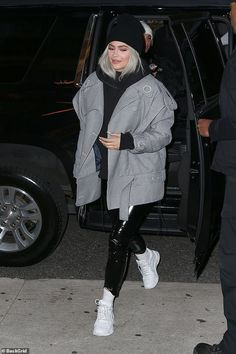 Kylie Jenner and Travis Scott bundle up to explore New York - Mom's night out: Kylie left her daughter Stormi back at the hotel in the warm… - Kendall Jenner Outfits, Ropa Kylie Jenner, Trajes Kylie Jenner, Estilo Jenner, Looks Kylie Jenner, Estilo Kardashian, Kylie Jenner Style, Kardashian Style, Kylie Jenner Fashion