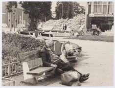 """1978, foto waarmee werd deelgenomen aan een fotowedstrijd. De foto kreeg de titel """"Nooit Riche geweest"""". Op de voorgrond enkele zwervers. Op de achtergrond de sloop van hotel Riche."""