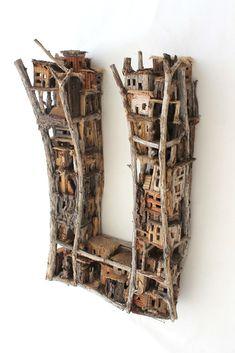 Timber town bestaat voor 90 % uit plantaardige materialen, merendeels uit tropische vegetatie. 60 x 36 x 19, © 2012, verkocht Ruimtelijk | Beelden | Mixed Media