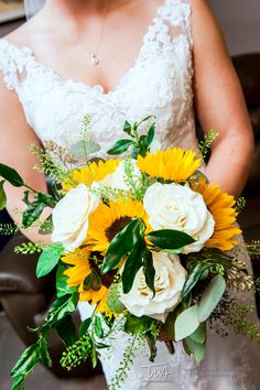 A summery bouquet with sunflowers | TWA Wedding Photography Chicago