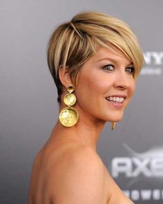 Jenna Elfman - adorable pixie cut with blonde highlights Pixie Cut With Long Bangs, Short Hair Back, Short Hair Cuts, Short Hair Styles, Pixie Cuts, Love Hair, Great Hair, Jenna Elfman Hair, Corte Y Color