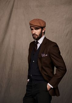 Are you aware of the different kinds of flat caps for men? Flat caps complement a man's wardrobe in an amazing manner, and it is important for men to own these caps. Style Gentleman, Gentleman Mode, Dapper Gentleman, Dapper Dan, Fashion Moda, Look Fashion, Mens Fashion, Sharp Dressed Man, Well Dressed Men