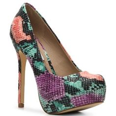 "STEVE MADDEN multicolored pump NWT Steve Madden multi colored pump with a pointed toe. Faux leather upper, 1.5"" hidden platform, 5 1/4"" heel. With box!! Steve Madden Shoes Heels"