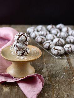 Popraskané crinkles jsou u nás doba velmi oblíbené. Hotové jsou celkem rychle a ještě rychleji mizí ze stolu. Navrchu křupavé, vevnitř k... Christmas Sweets, Christmas Baking, Xmas, Sweet Desserts, Sweet Recipes, Crinkles, Cake Cookies, Cookie Recipes, Food And Drink