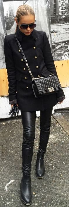 andere tas, en liefst jas zonder dubbele rij knopen, verder erg mooi, outfit, bril, haren ook