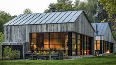 Inspirée par l'architecture traditionnelle des hangars agricoles, la maison d'hôtes « the modern Woodshed » a été dessinée par le studio Birdseye Design. Située dans la campagne du Vermont aux Etats-Unis, cette bâtisse en bois et verre s'intègre parfaitement à la nature environnante. L'intérieur est rustique et chaleureux avec des touches de design contemporain. La face vitrée offre une vue exceptionnelle sur la forêt et fait rentrer la lumière dans les espaces de vie.