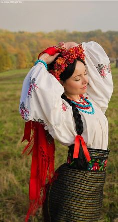 A folk costume from Ukraine. Folk Fashion, Ethnic Fashion, Traditional Fashion, Traditional Dresses, Techniques Textiles, Eslava, Ukrainian Art, Ukrainian Ladies, Russian Ladies