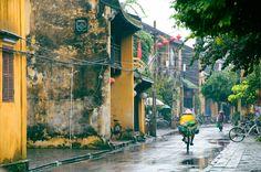 Le vieux quartier de #Hoian en journée pluvieuse #vietnam (copyright : danhvc). Pour en savoir plus : https://www.amica-travel.com/vietnam-sites-a-decouvrir/centre-vietnam/hoi-an