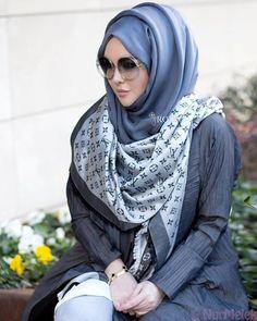 Soğuk kış günlerinde en kullanışlı ve en kolay 15 eşarp şal bağlama stilini mercek altına aldık. İşte kış ayları için eşarp/şal bağlama modelleri Simple Hijab, Hijab Casual, Hijab Chic, Girl Hijab, Hijab Outfit, Hijab Elegante, Estilo Abaya, Hijab Style Tutorial, Updo