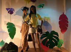 Ártidi - #escaparates diseñadores Tropical Windows, Clothing Displays, Life Design, Set Design, Retail Windows, Tropical Forest, Jungle Theme, Window Art, Window Design