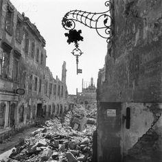 The photo by famous photographer Richard Peter sen. shows the Josephinenstraße with a cleared sidewalk in viewing towards the Vitzhumsches Gymnasium (High School) in Dresden. The photo was taken after 17 September 1945. Especially the Allied air raids between 13 and 14 February 1945 led to extensive destructions of the city. Photo: Deutsche Fotothek / Richard Peter sen.- NO WIRE SERVICE