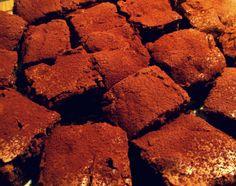 BROWNIES AI MIRTILLI ROSSI  Il fine settimana appena trascorso è stato pieno di…. dolci. Abbiamo festeggiato il compleanno del mio compagno, a più riprese, con amici e parenti e mi sono stati espressamente richiesti tre dolci, tra cui questi deliziosi brownies ai mirtilli rossi. http://blog.giallozafferano.it/cookingtime/brownies-ai-mirtilli-rossi/