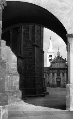 Věž Kostela sv.Jiří (1385-1) • Praha, prosinec 1961 • | černobílá fotografie, Kostel sv.Jiří, věže, podloubí, nádvoří Pražského hradu |•|black and white photograph, Prague|