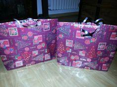 Petits sacs cadeau pour Noël selon tuto - anse en faveur