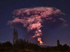 Sterne und Staub: Eine Rauchsäule steht über dem Vulkan Villarrica im Süden Chiles.