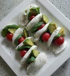Mozzarella, basilicum, trostomaatjes, avocado, olijfolie, peper/zout