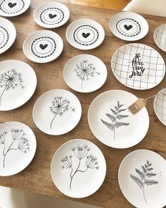 Most current No Cost Ceramics plates drawing Ideas Mijn oventje maakt overuren deze week 🔥✍🏻🖤 Pottery Painting, Ceramic Painting, Pottery Art, Painted Ceramics, Ceramic Wall Art, Ceramic Plates, Clay Crafts, Diy And Crafts, Crackpot Café