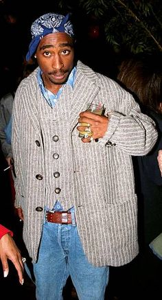 Tupac Shakur attending party for the movie 'I Like It Like That.' at The Paris Theatre in New York. Aaliyah Outfits, 2pac Makaveli, Eminem Photos, All Eyez On Me, Tupac Shakur, American Rappers, Film Music Books, Thug Life, I Movie
