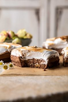 S mores chocolate mousse bars groe rustikale holz smores bar station smores s mores bar party station hochzeit s mores braten s Bbq Dessert, Dessert Bars, Dessert Recipes, Mini Desserts, Just Desserts, Delicious Desserts, Plated Desserts, Gourmet Desserts, French Desserts