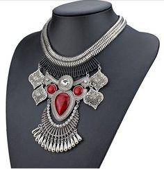 Maxi colar boho prateado com pedra vermelha