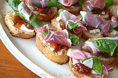 Prosciutto, Basil, Fig Jam & Goat Cheese Crostinis - a great no-bake, 5 minute holiday appetizer! Finger Food Appetizers, Holiday Appetizers, Yummy Appetizers, Appetizer Recipes, Holiday Recipes, Tapas, Appetisers, Prociutto Appetizers, Prosciutto