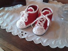 En dejlig hækleopskrift på de mest nuttede små Converse sko til babyer. Opskriften er nem at følge og bliver rigtig flot. Crochet For Kids, Crochet Baby, Knit Crochet, Baby Converse, Pattern Library, Kids And Parenting, Kids Outfits, Baby Shoes, Inspiration