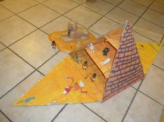 une pyramide d'Egypte en carton Ancient Egypt Activities, Ancient Egypt Crafts, Egyptian Crafts, Egyptian Art, Egyptian Costume, Pyramid School Project, School Projects, Projects For Kids, Egypt Map