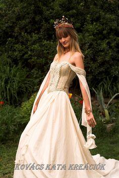 Medieval Renaissance Style Alternative Corset Wedding Gown - Genevieve for France Renaissance Wedding Dresses, Mode Renaissance, Medieval Wedding, Renaissance Fashion, Medieval Dress, Medieval Clothing, Pear Shaped Wedding Dress, Corset Wedding Gowns, Dressing Rooms