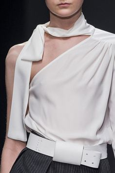 White one-shoulder blouse, chic fashion details // Ter Et Bantine Fall 2015 Fashion Details, Look Fashion, Runway Fashion, High Fashion, Fashion Show, Womens Fashion, Ladies Fashion, Fashion Online, Fashion Trends